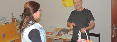 Mdž – rozdávanie ručne vyrábaných kvietkov pre ženy v našom zariadení - m_DSCN2011