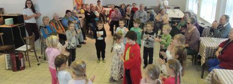 Návšteva detí z mš pri príležitosti mesiaca úcty k starším - m_DSCN7388